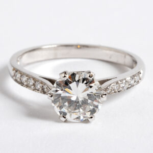 Diamond ring, with diamond shoulders